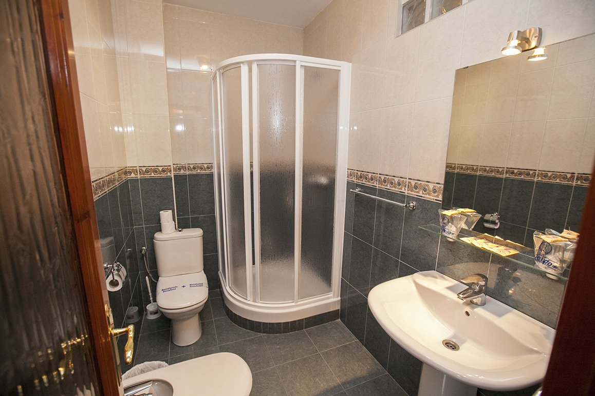 Baño habitacion doble Hostal La Ermita Nerja
