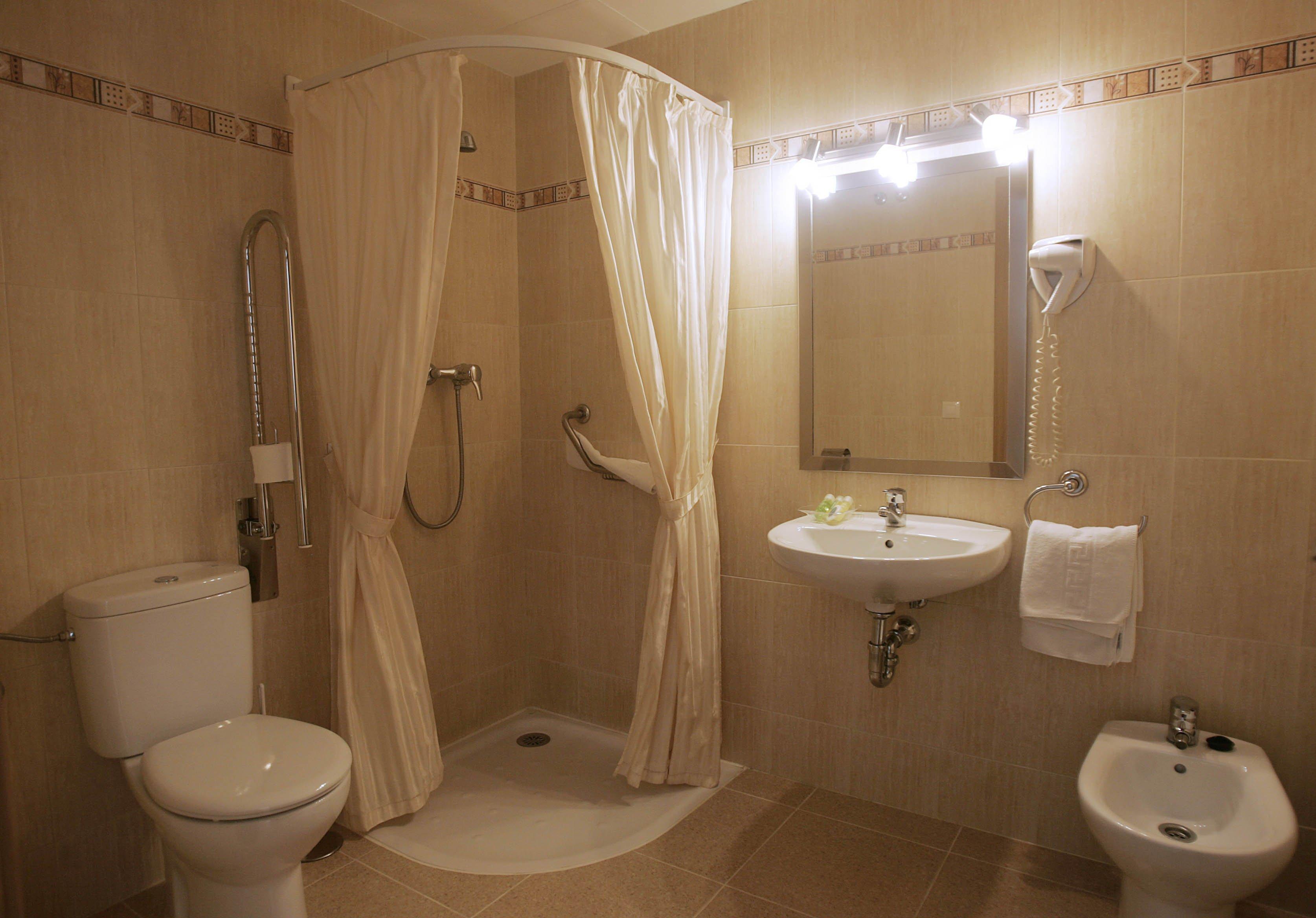 Baño con cortinas